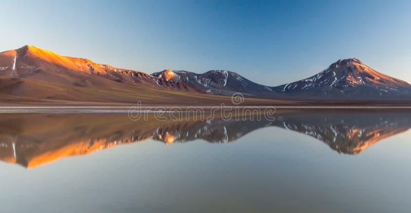 Zonsopgang in Laguna LejÃa, Atacama-Woestijn met Volcano Laskar stock afbeeldingen