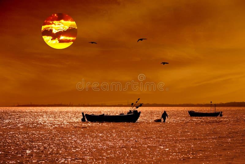 Zonsopgang met vissersboot stock foto