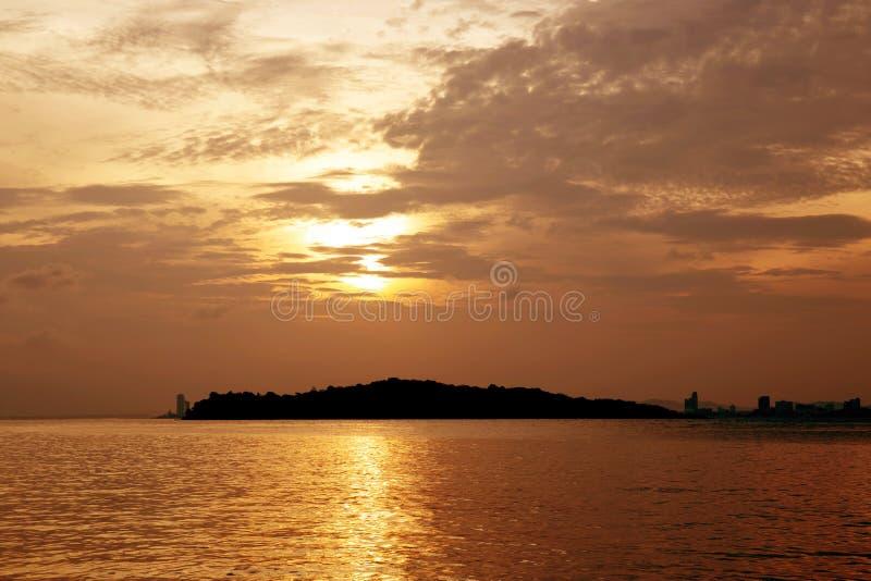 Zonsopgang met wolk en overzees en hemel in de ochtend, zonsondergangsilhouet met oceaan in de zomer stock afbeeldingen