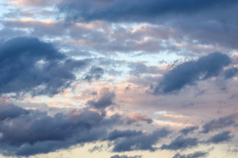 Zonsopgang met wolken in de hemel op een bewolkte de lentedag royalty-vrije stock afbeeldingen