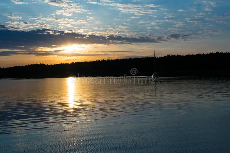Zonsopgang, ochtend licht, mooi vissersboten en bos ver weg Schipsilhouet in zonsonderganglicht royalty-vrije stock afbeeldingen