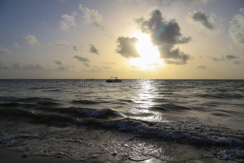 Zonsopgang op Bavaro-strand, Dominicaanse Republiek stock foto
