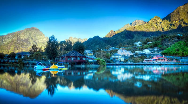 Zonsopgang op bergmeer stock afbeelding