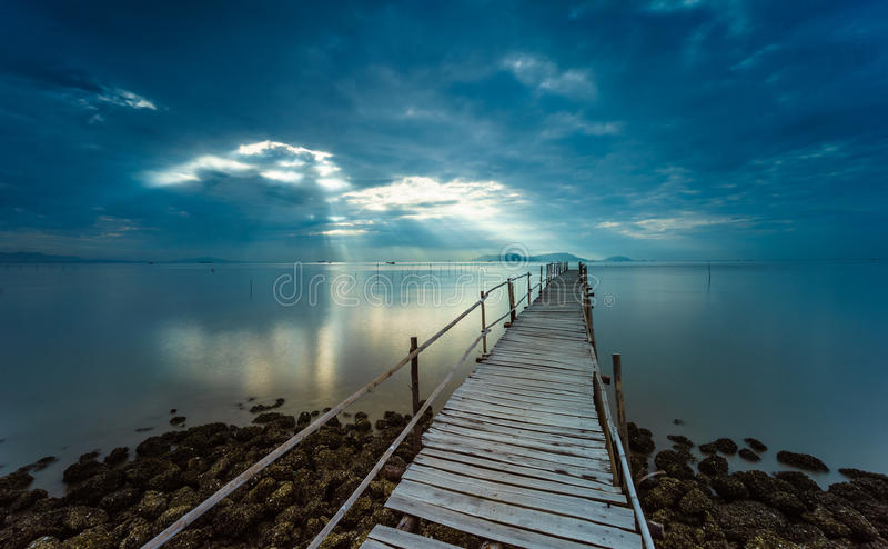 Zonsopgang op de houten brug stock fotografie