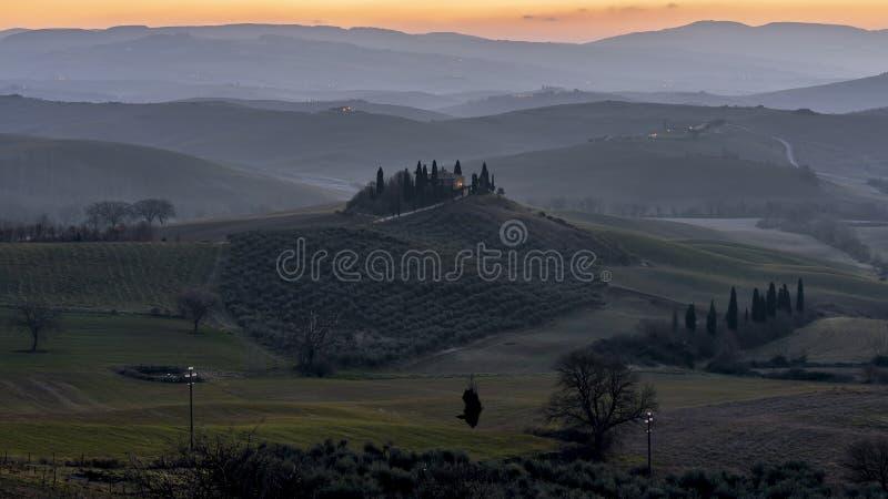 Zonsopgang op de mooie heuvels van Val D 'Orcia, Toscanië, Italië stock foto's
