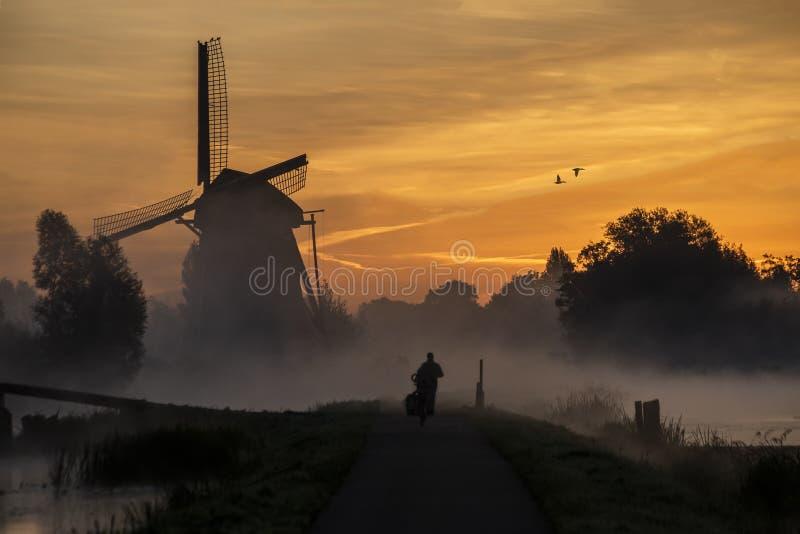 Zonsopgang op de Nederlandse windmolen stock afbeelding