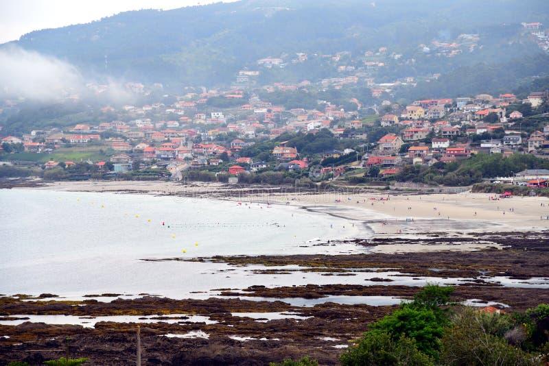 Zonsopgang op de stranden van Galicië, waar de kracht van het overzees met de rotsen op de kust de tekening van vormen en texture stock foto's