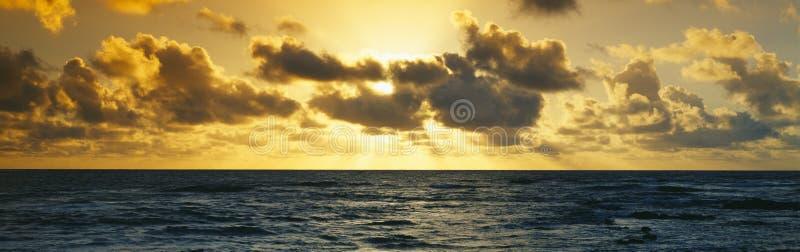 Zonsopgang op de Vreedzame Oceaan royalty-vrije stock fotografie