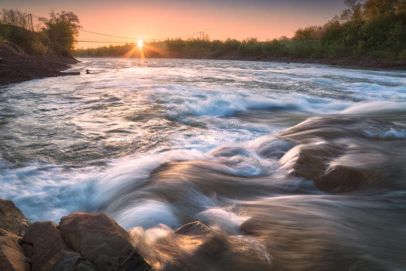 Zonsopgang op een bergrivier Prut stock foto