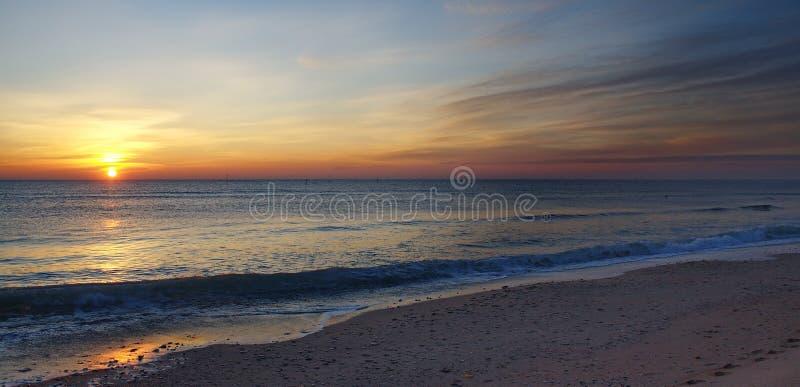 Zonsopgang op een strand royalty-vrije stock fotografie