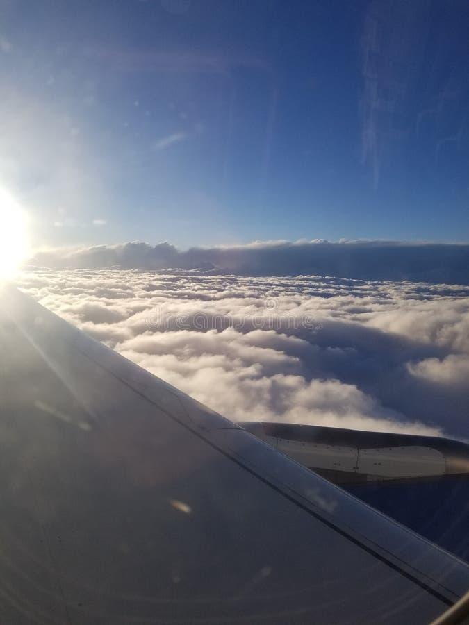 Zonsopgang op een vliegtuig stock fotografie