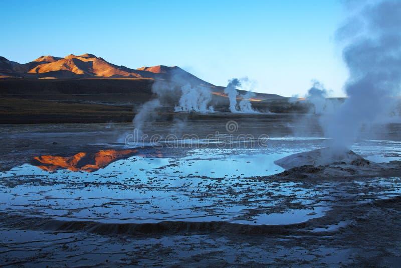 Zonsopgang op geisergebied Gr Tatio, Chili stock foto's