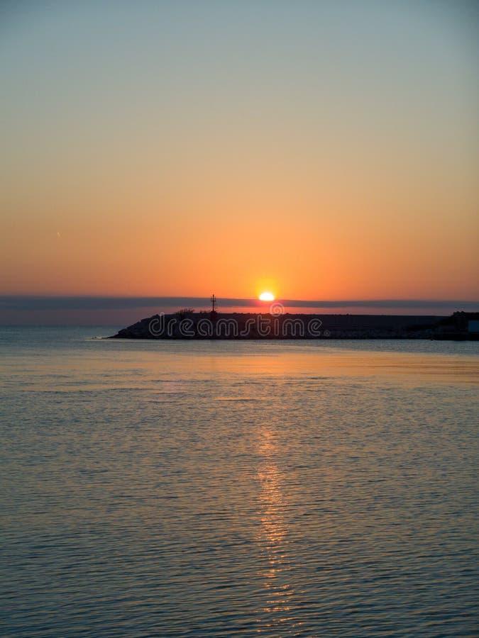 Zonsopgang op het Adriatische Overzees, weerspiegelingen van het zonlicht op het water royalty-vrije stock foto