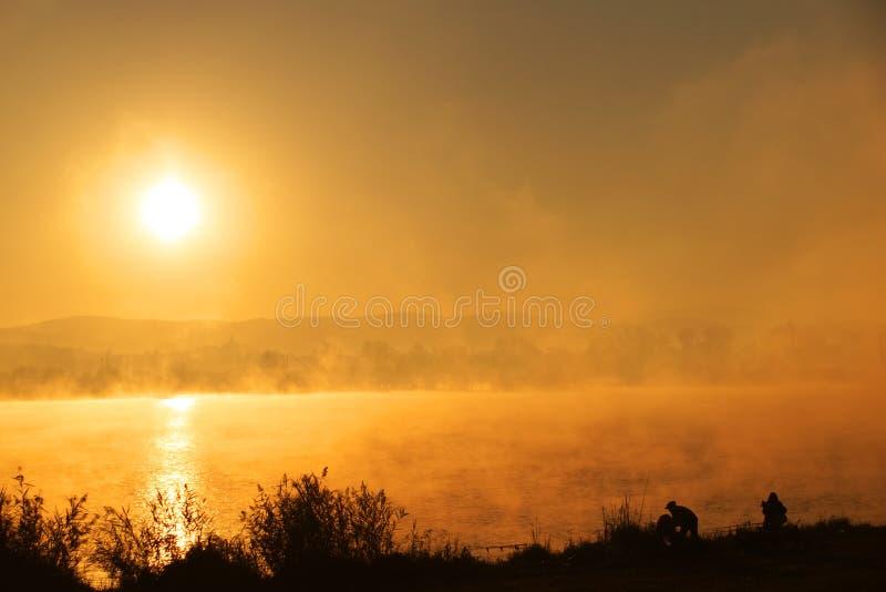 Zonsopgang op het meer stock foto