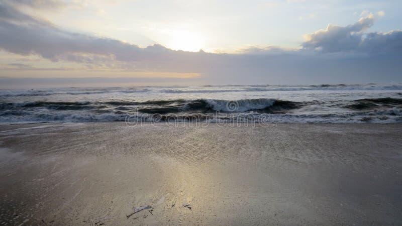 Zonsopgang op het strand in de Buitenbanken royalty-vrije stock foto
