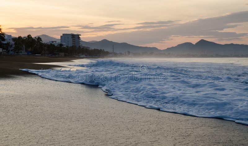 Zonsopgang op het strand in Mexico Manzanillo Colima royalty-vrije stock foto's