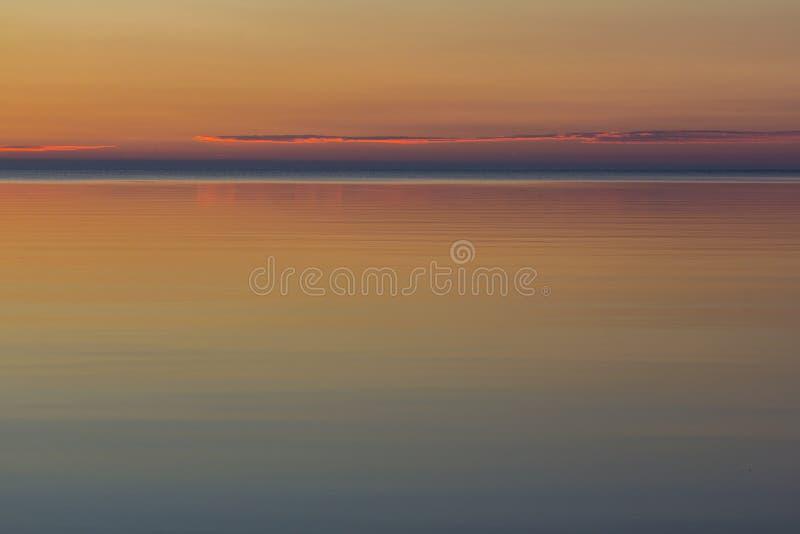 Zonsopgang op kust van meer Ladoga, Karelische landengte, Rusland stock afbeelding