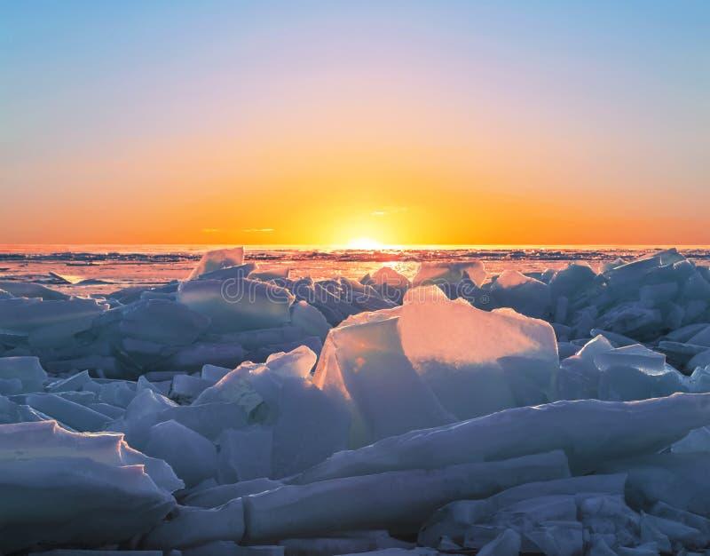 Zonsopgang op meer Baikal in de winter, Oostelijk Siberië stock afbeeldingen
