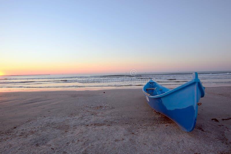 Zonsopgang op strand stock afbeeldingen