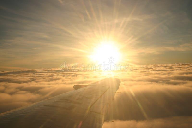 Zonsopgang op Vliegtuigvleugel royalty-vrije stock foto's