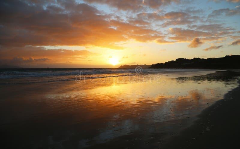 Download Zonsopgang op Waipu-strand stock foto. Afbeelding bestaande uit baai - 107706150