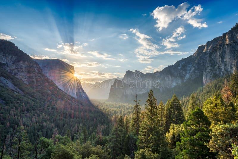 Zonsopgang op Yosemite-het punt van het Valleiuitzicht stock fotografie