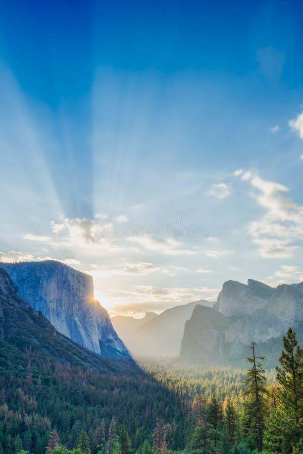 Zonsopgang op Yosemite-het punt van het Valleiuitzicht stock foto's