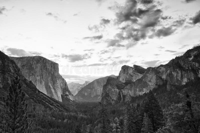 Zonsopgang op Yosemite-het punt van het Valleiuitzicht in zwart-wit stock afbeelding