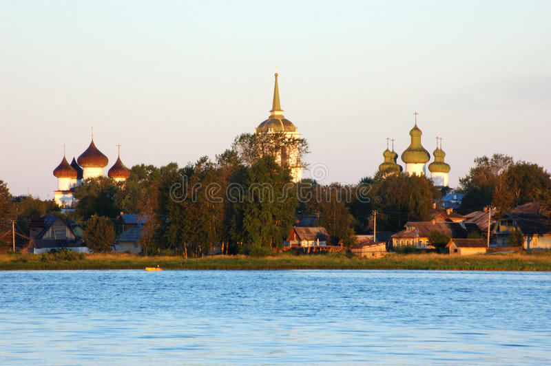 Zonsopgang in oude Russische stad Kargopol stock foto
