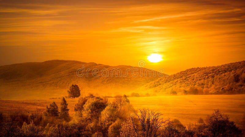 Zonsopgang over bergen stock afbeelding