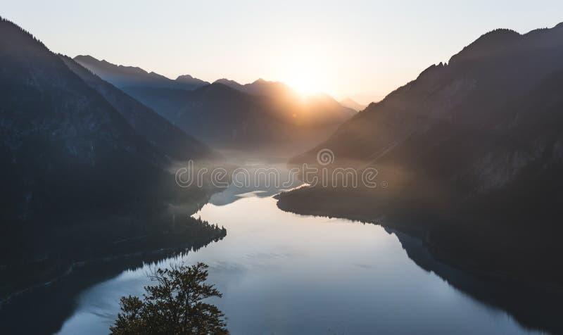 Zonsopgang over bergmeer in Oostenrijk royalty-vrije stock fotografie