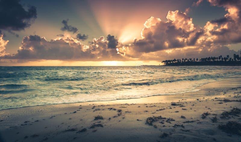 Zonsopgang over Caraïbische overzees stock afbeelding