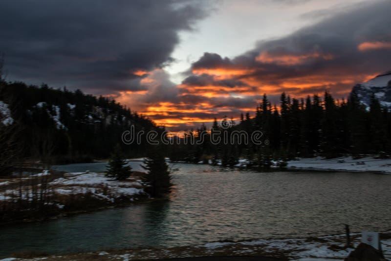 Zonsopgang over Cascadevijvers, het Nationale Park van Banff, Alberta, Canada royalty-vrije stock foto's