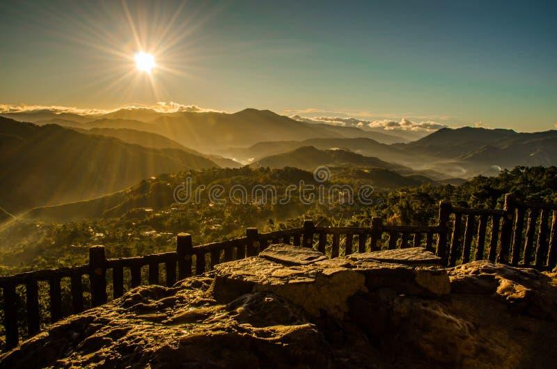 Zonsopgang over de bergen stock afbeeldingen