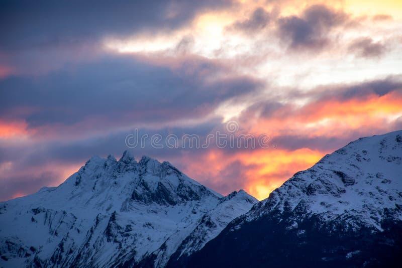 Zonsopgang over de bergen stock fotografie