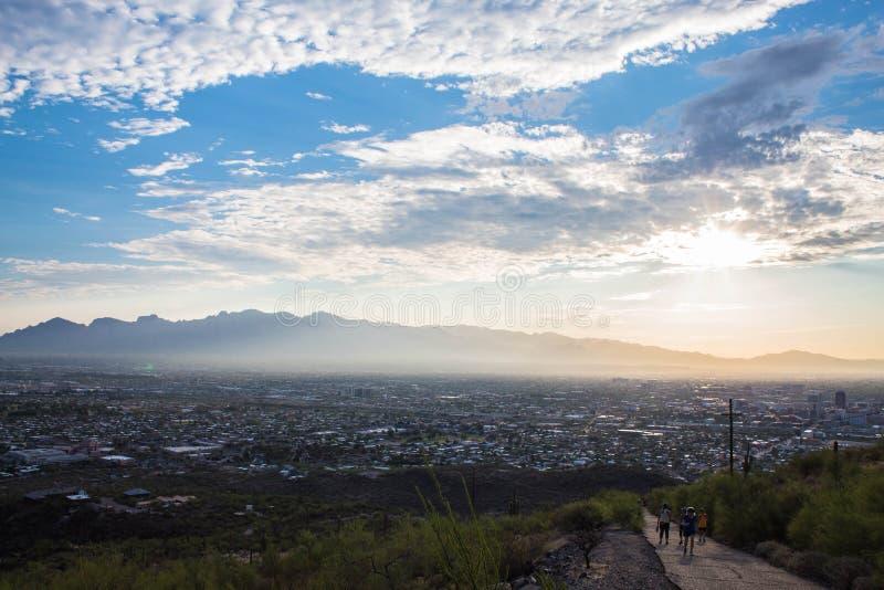Zonsopgang over de bergen van Tucson met stad in hieronder vallei royalty-vrije stock foto