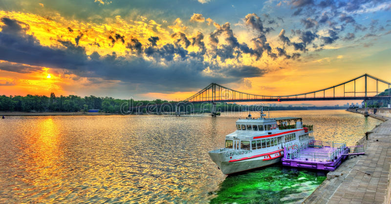Zonsopgang over de Dnieper-rivier in Kiev, de Oekraïne royalty-vrije stock afbeelding