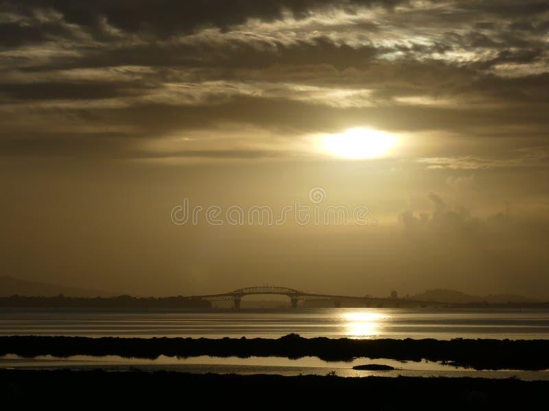Zonsopgang over de Havenbrug van Auckland stock foto's