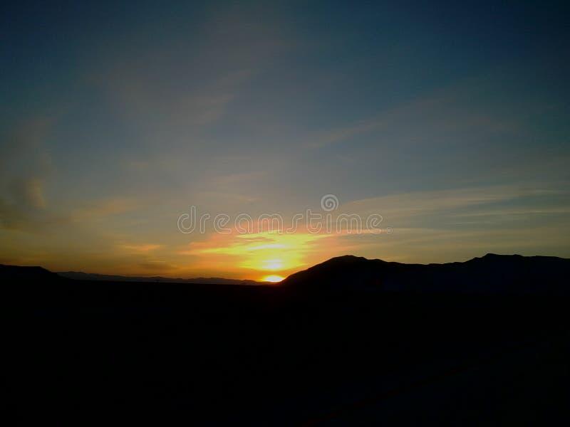 Zonsopgang over de heuvel stock afbeelding