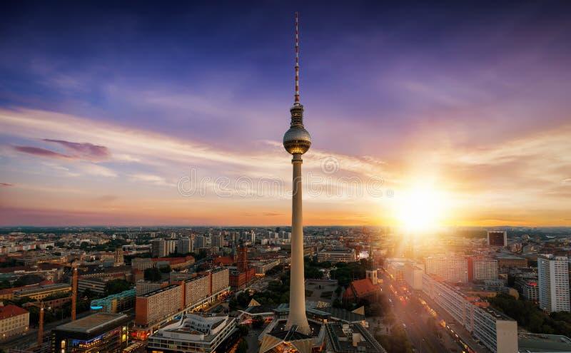 Zonsopgang over de horizon van Berlijn, Duitsland stock afbeeldingen