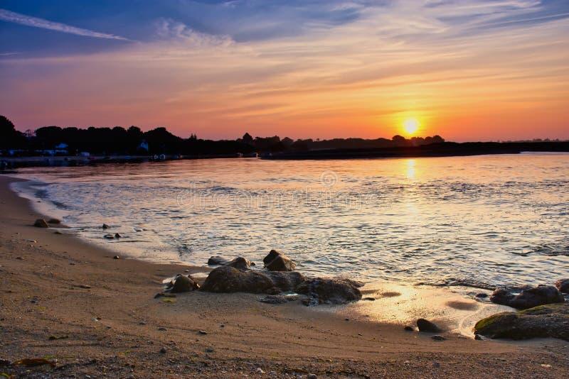 Zonsopgang over de lagune van Benodet, Bretagne, Frankrijk royalty-vrije stock afbeeldingen