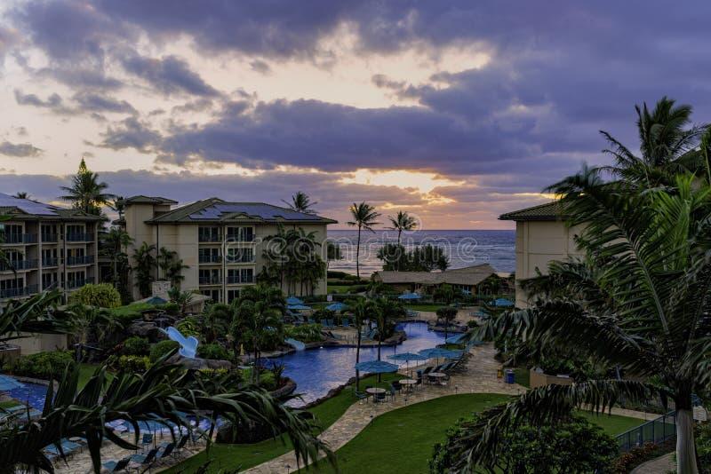 Zonsopgang over de oceaan bij een toevlucht bij Waipouli-Strand dichtbij Kapa ?Kauai Hawa? de V.S. stock foto's