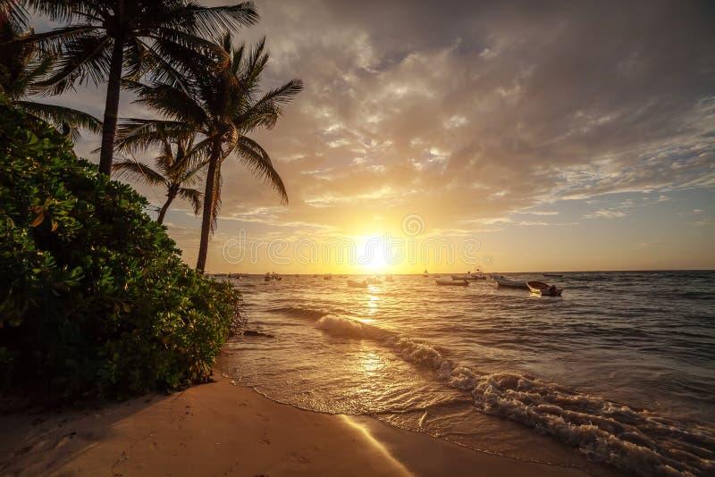 Zonsopgang over de oceaan in Cancun mexico royalty-vrije stock afbeeldingen