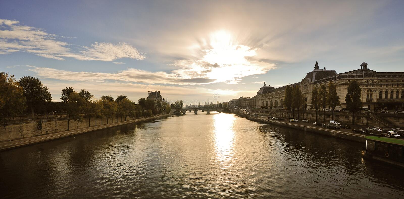 Zonsopgang over de rivier van de Zegen, Parijs stock afbeelding