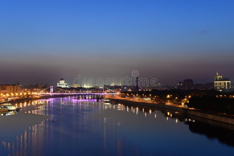 Zonsopgang over de stad en de rivier stock foto's