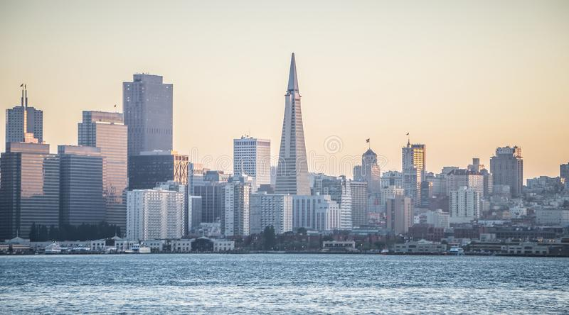 Zonsopgang over de stadshorizon van San Francisco stock afbeelding