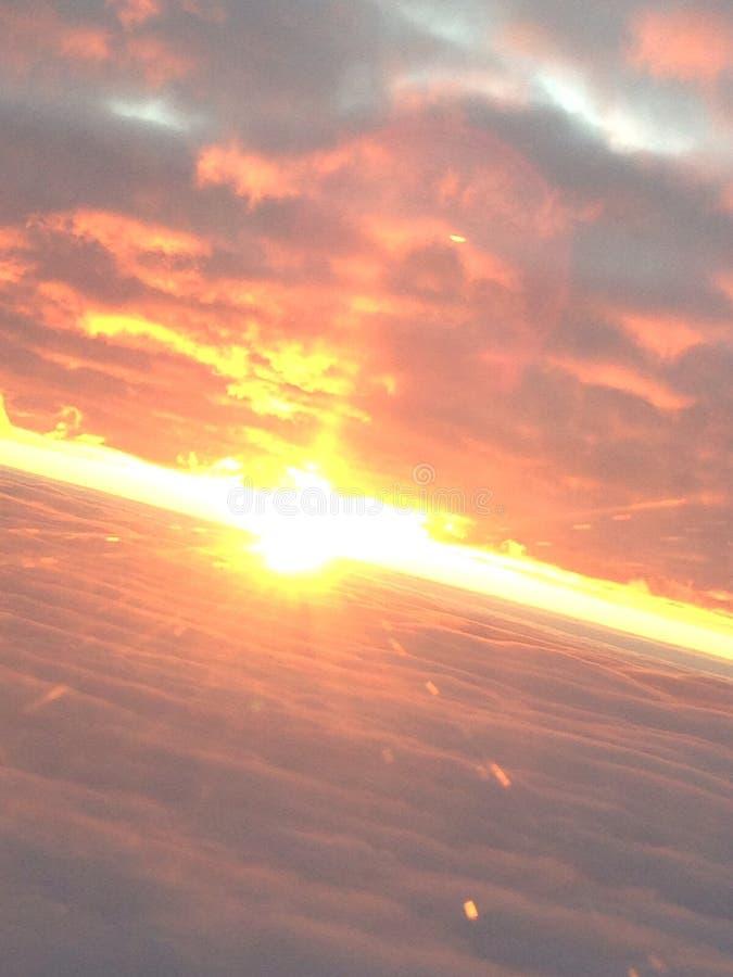 Zonsopgang over de wolken stock afbeeldingen