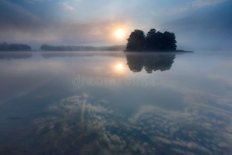 Zonsopgang over de zomermeer stock foto's