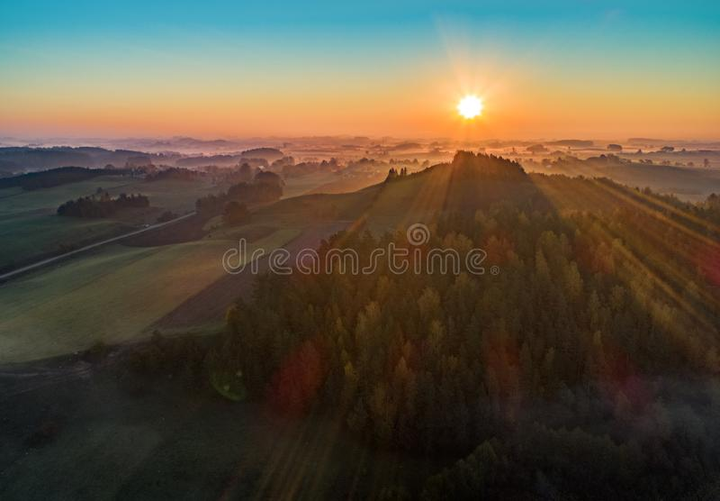 Zonsopgang over een berg en een bos - luchtfoto stock afbeelding