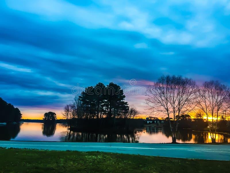 Zonsopgang over een meer met een eiland royalty-vrije stock afbeeldingen